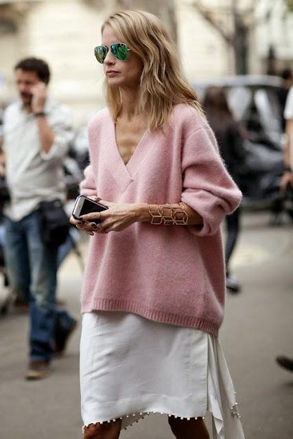 Looks estilo minimalista e descontraído, saia e sweatshirt