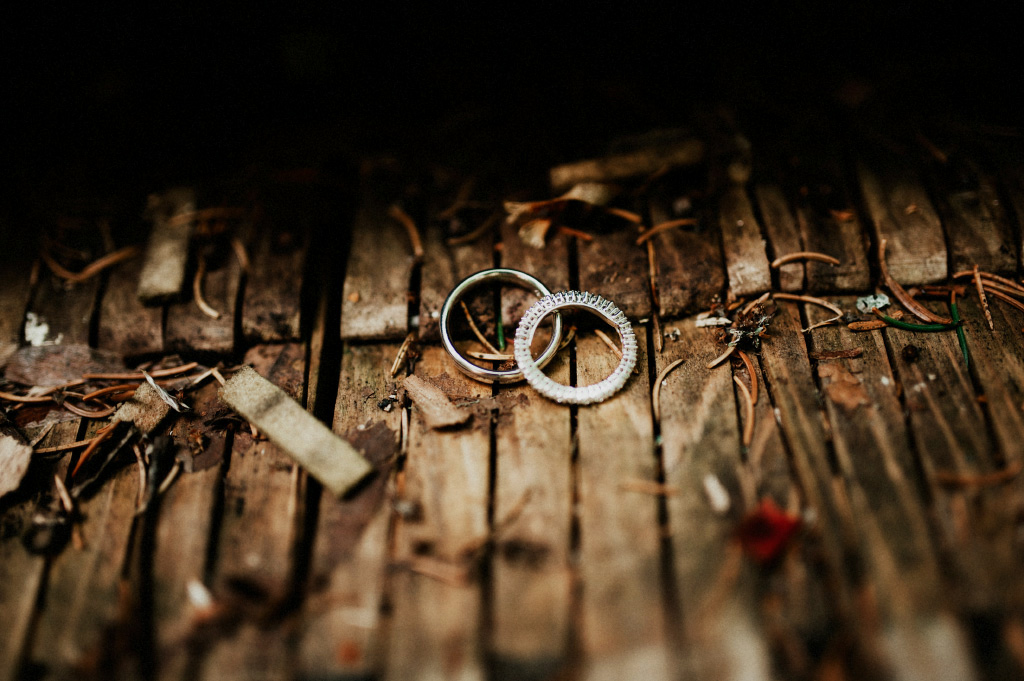 Vigselringar på träpiano | Bröllop i Sundborn, Falun