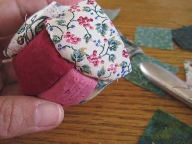 bolas de árvore de natal em patchwork no isopor