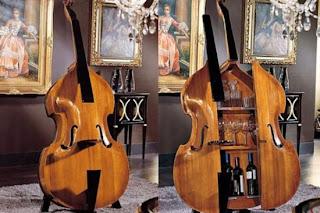 Móvel bar, em formato de violoncelo