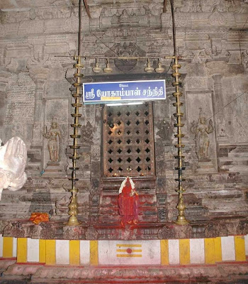 Manikavasagar in Avudaiyar Kovil Shiva temple