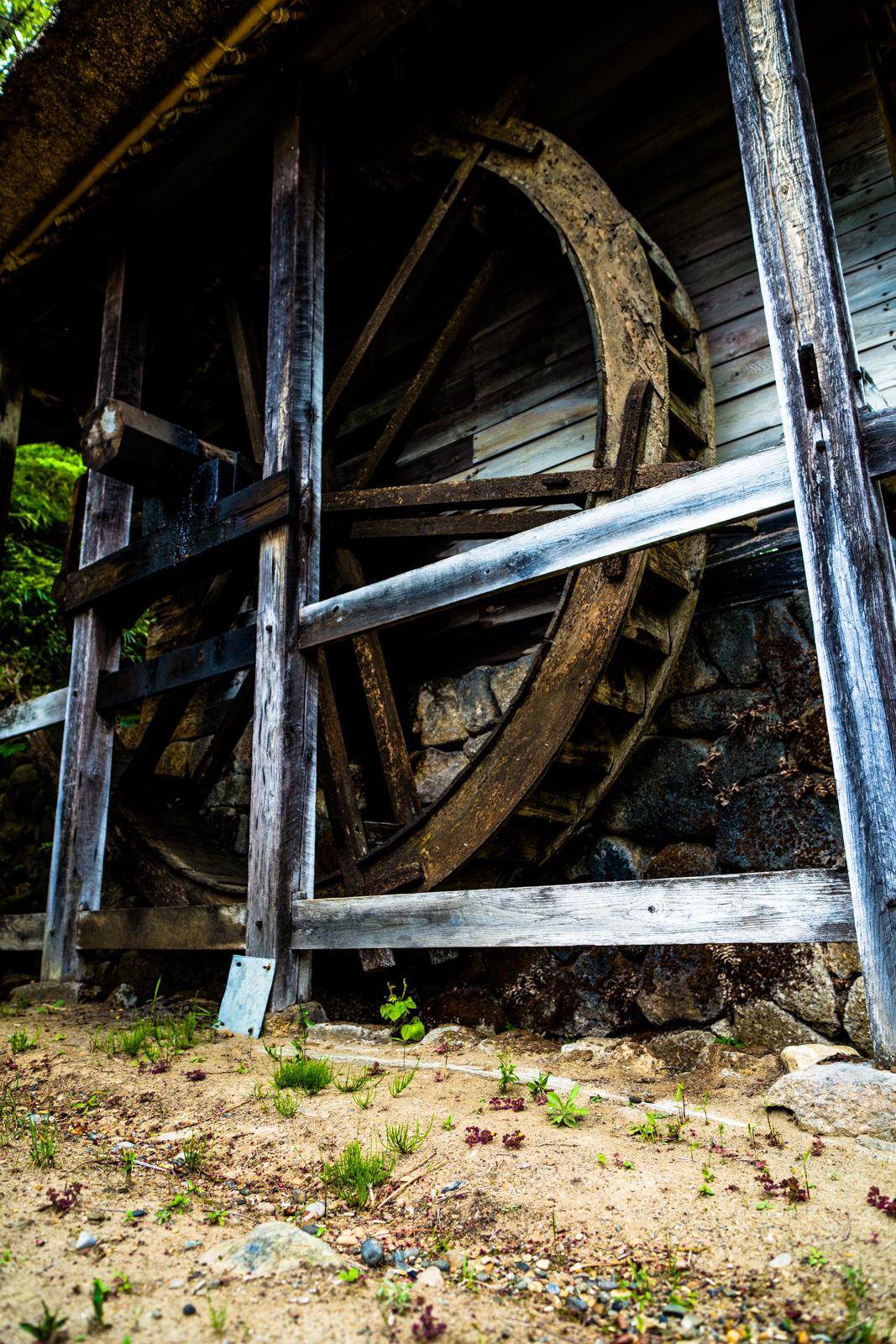 古い水車の写真