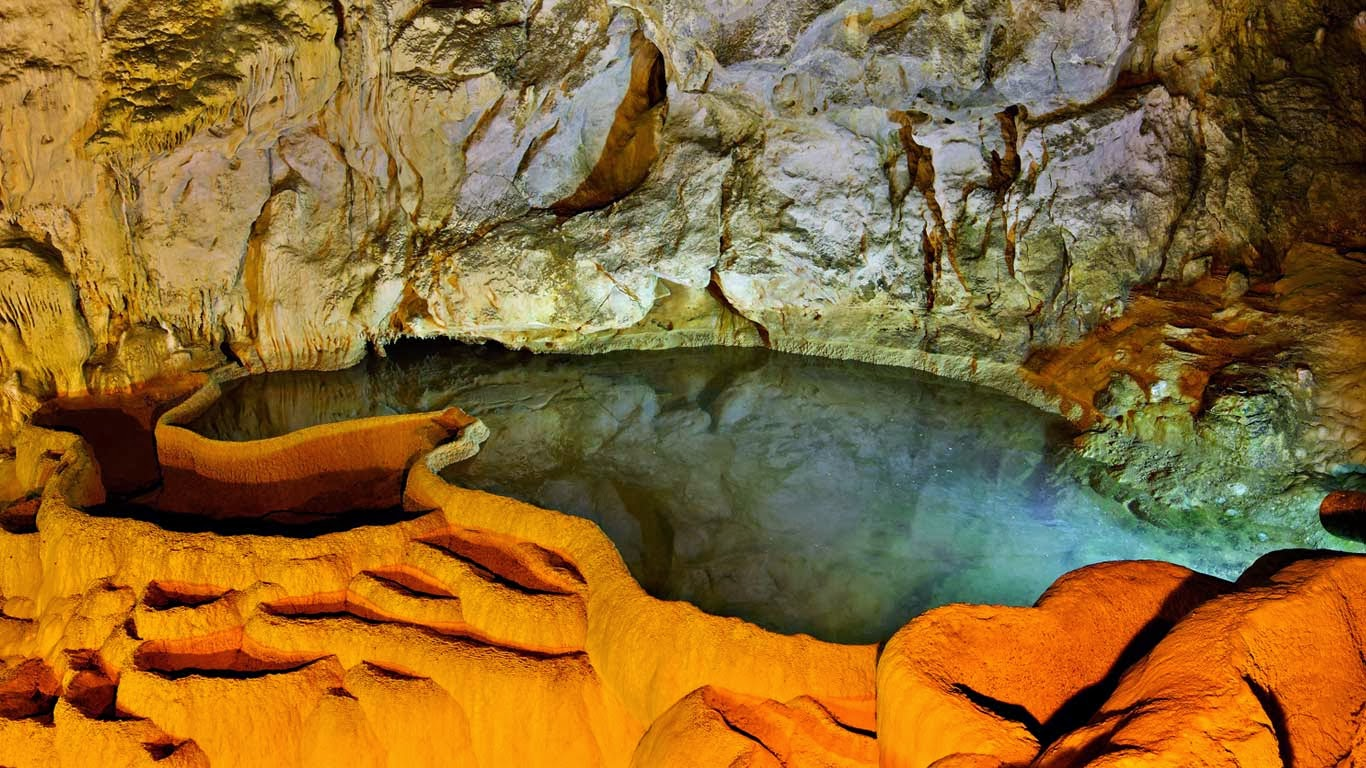 Cave of the Lakes in Kalavryta, Achaia, Peloponnese, Greece (© Hercules Milas/Alamy) 321
