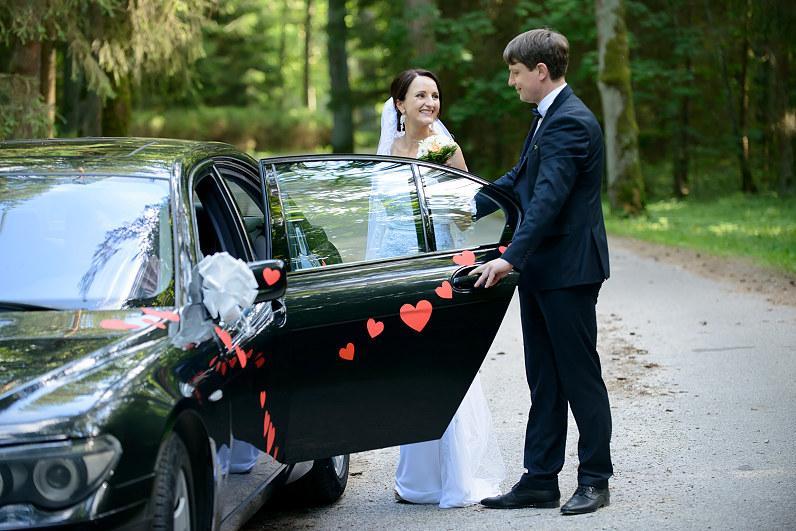 jaunavedžių vestuvinis automobilis