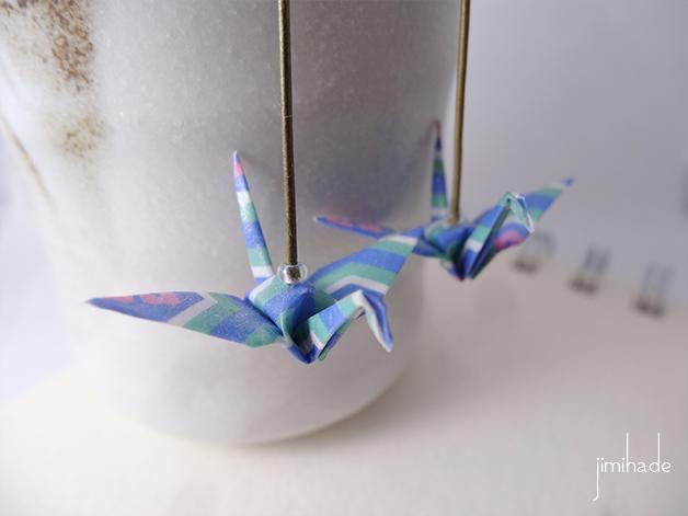 Boucles d'oreilles origami grue motif géométrique bleu
