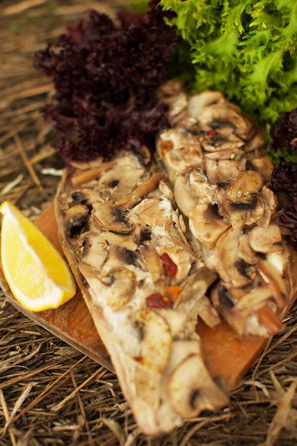 Рыба на мангале с грибами и сыром