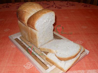 Pan de miga con rebanadas cortadas.