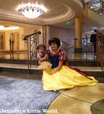 Meeting Snow White on the 迪士尼 Fantasy cruise ship