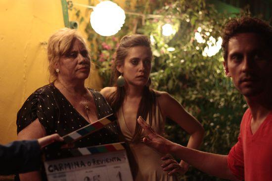 Imagen de 'Carmina o revienta' con Paco León dando indicaciones como director a su madre y a su hermana María León. Revista Making Of de cine
