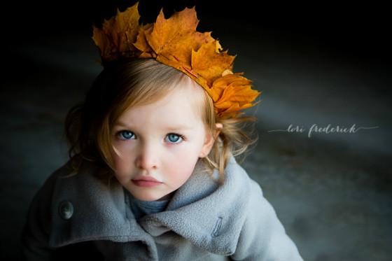 otoño_fiestas_foto_imagen_niña_corona_hojas_secas