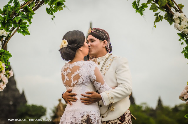 foto wedding kiss di prambanan yogyakarta