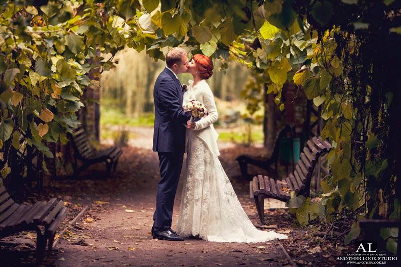 Фотосессия в арке из листьев