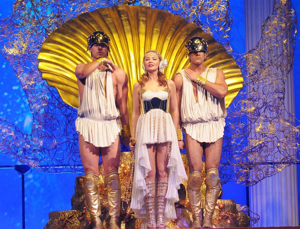 http://1.bp.blogspot.com/-V8orI4Qo0ds/TcO_WN_NXqI/AAAAAAAAACI/sr37JReoqGk/s1600/Kylie-Minogue-Aphrodite-Les-Folies-London-5.jpg