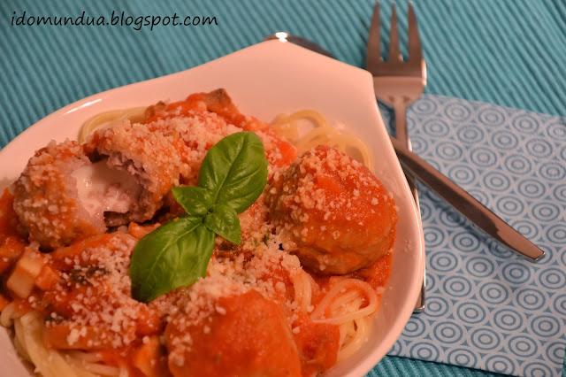 Espaguetis con albóndigas rellenas