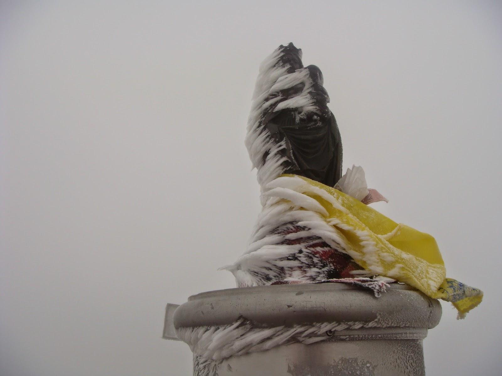 Virgen en la cumbre del Aneto.