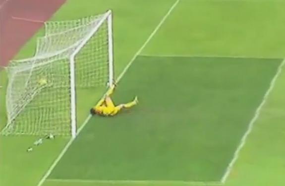 Malaysia goalkeeper Khairul Fahmi fails to save a goal from Yemen's Ayman Al Hagri