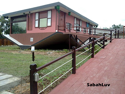 rumah terbalik, the upside down house, terbalik, rumah, upside down, borneo, sabah, mount kinabalu, gunung kinabalu, harga masuk, price enter, unique, unik, pelik, weird, house, home, malaysia, only in malaysia