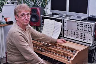 El intérprete y compositor Wolfgang Müller, uno de los valedores del legado de Oskar Sala con el Trautonium 2000