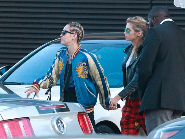 Miley Cyrus makes program to two with his girlfriend, Stella Maxwell