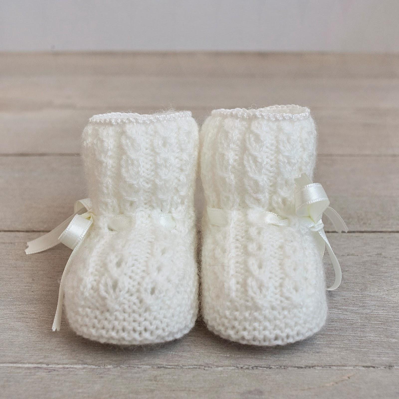 Patucos para bebé tejidos a mano