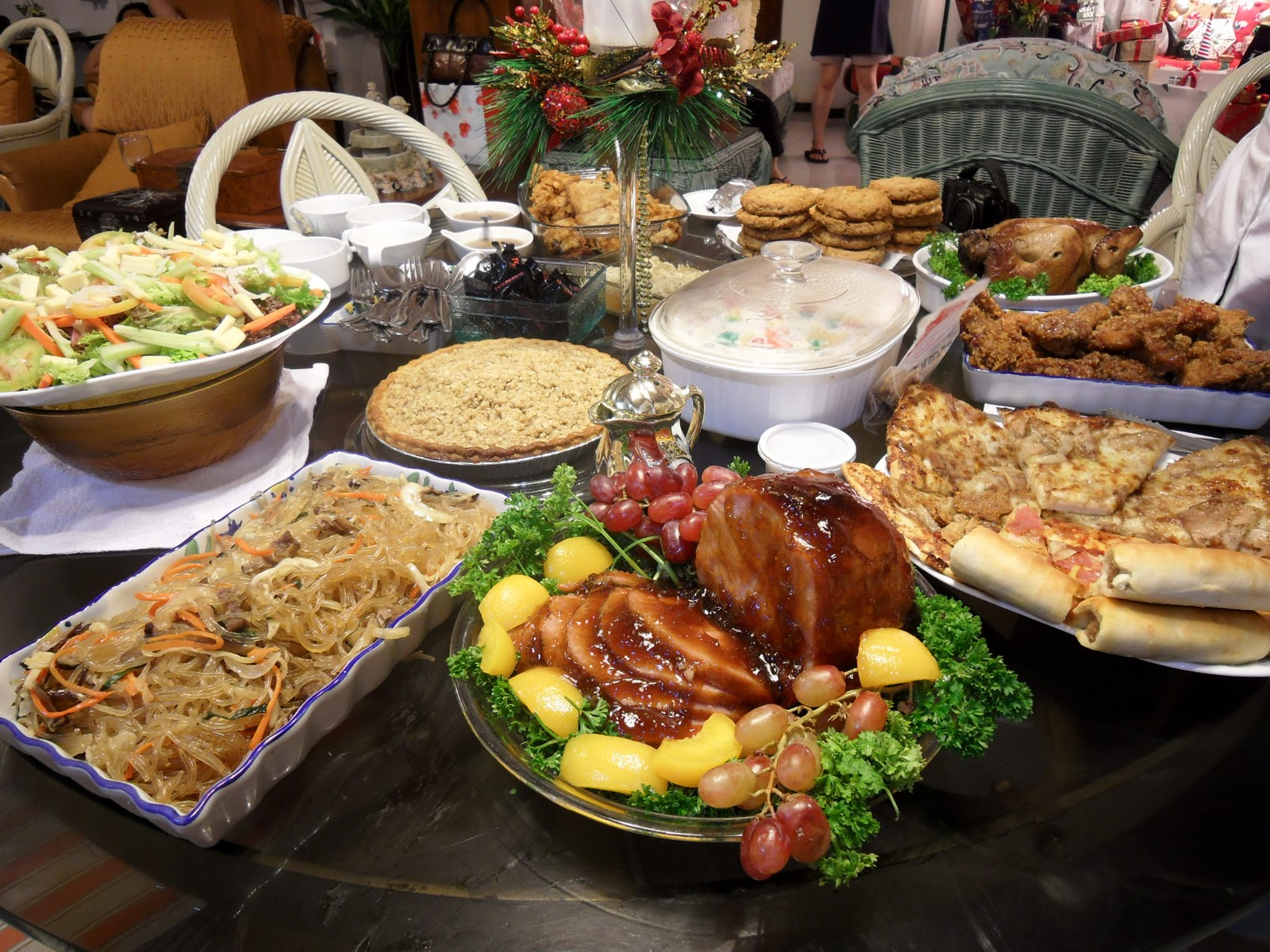 Filipino table setting - Christmas Is The Most Celebrated Feast In The Philippines Rich Or Poor Everybody Prepared Noche Buena Dishes On Christmas Eve To Be Shared By The Family