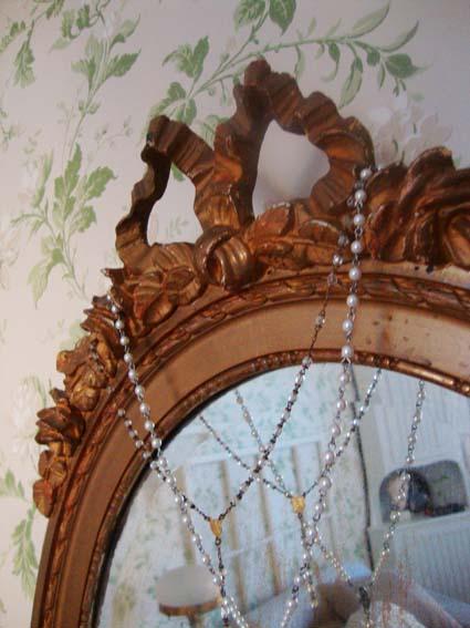 Mormors gamla spegel i sovrummet