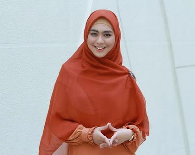 Cara Hijab Syar'i Ala Oki Setiana Dewi