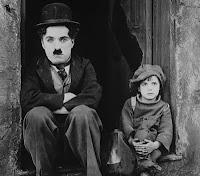 """Charles Chaplins em cena do filme """"O Garoto"""", lançado em 1921."""