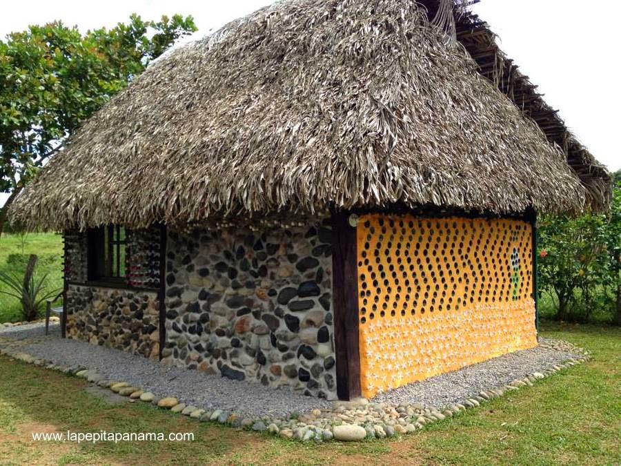Cabaña ecológica en Las Lajas, Panamá hecha de botellas de vidrio, plástico, piedras, madera y paja