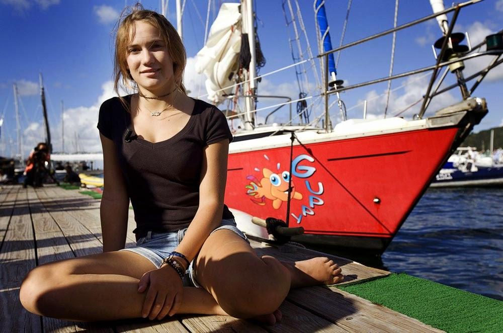 Laura Dekker framför sin båt Guppy, tror detta är i Nya Zeeland.