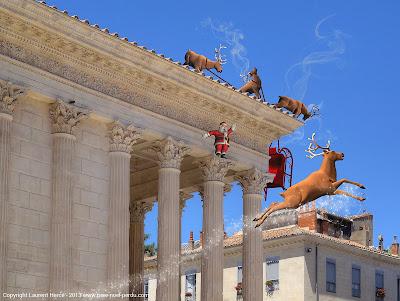Le Père Noël sur la maison carrée à Nîmes