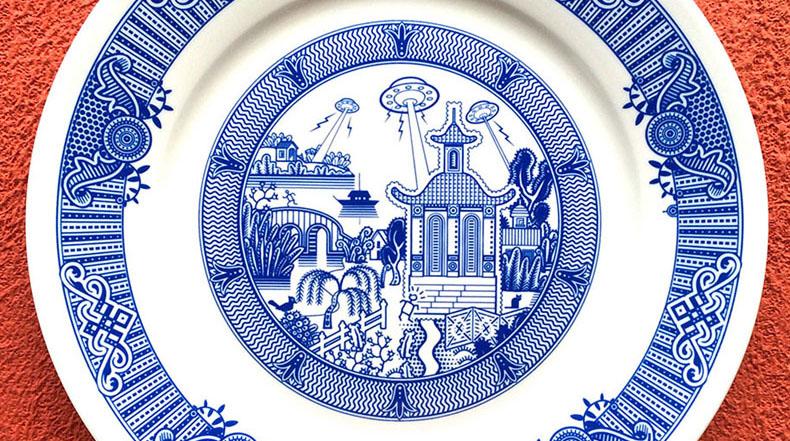 Escenarios catastróficos representados en tradicionales platos de porcelana azul