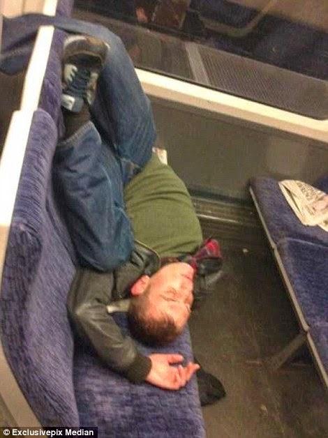 ينام على كراسي الحافلة