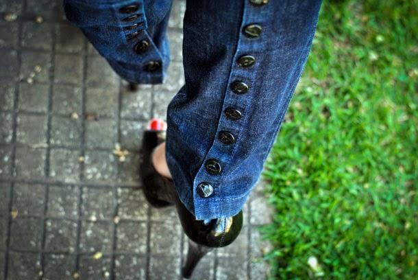 Look: Calça jeans com botões na barra