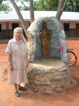 La statuetta della Madonna inviata a Nzara e installata nel cortile del centro femminile. Nella fotografia c'è Suor Giovanna, la Madre Superiora del convento di Nzara. 2009.
