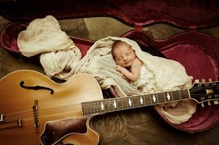 Gambar wallpaper lucu bayi dan gitar