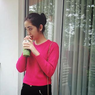 Foto Cantik  sedang Minum