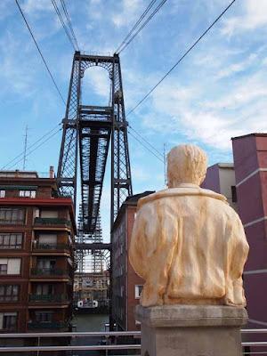 Alberto de Palacio mirando su obra en Portugalete