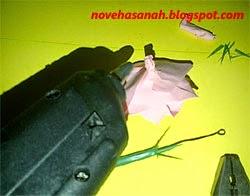 rekatkan tangkai bunga dari sedotan dan kawat dengan lem tembak (hot glue)