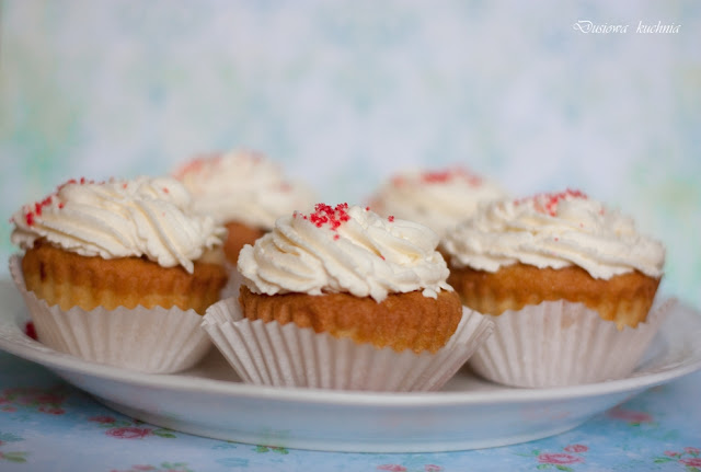 babeczki z sercem, muffinki z sercem, cupcakes z sercem, cupcakes, babeczki z kremem, babeczki
