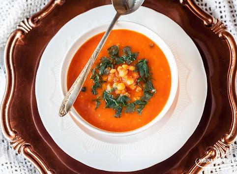 Orientalna grochówka z pomidorami