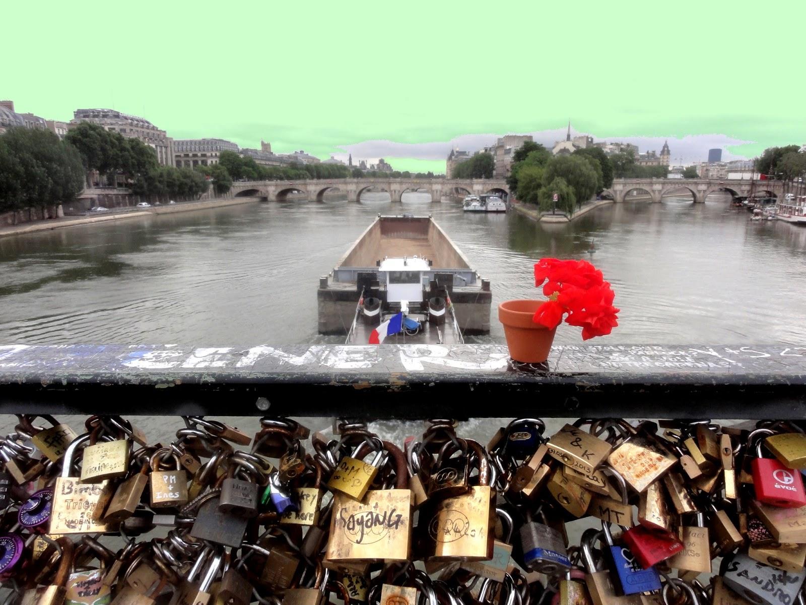 Bon Mardi  Pont+des+arts+barge+ardelle+pont+neuf+geranium+cadenas+bridge+of+love+padlock