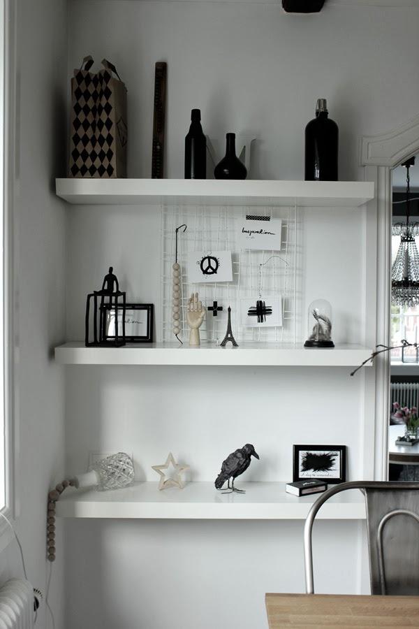 vita hyllor, diy, pyssel, träfågel, skulpturer, svart och vitt, trärena detaljer, galler, display diy, träkulor diy, eiffeltorn, detaljer på hylla, matsal, vita väggar, inreda med vitt och svart, inspiration, inredning, detlajer, kort, peacetecken, prints vykort, vykort peace, vykort kors, vykort med text, glaskupa med fjädrar, svarta ramar, tavlor, artprints