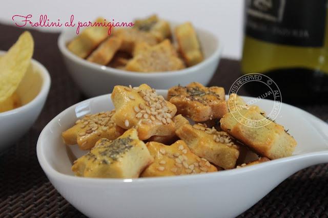 Frollini salati al parmigiano | Ricetta per antipasti e aperitivi