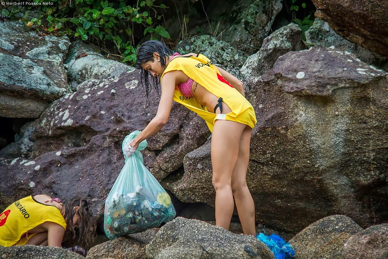 A quantidade de plástico que se acumula entre as rochas é enorme. Crédito: Herbert Passos Neto / Instituto EcoFaxina