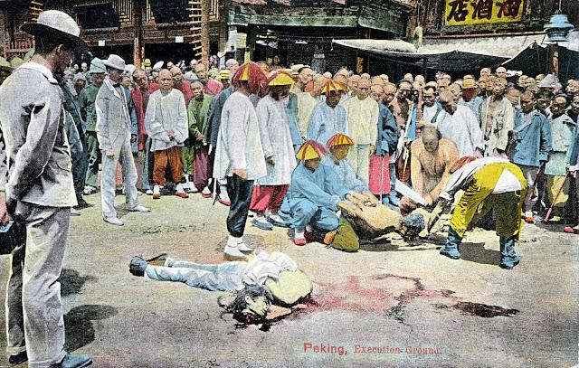 Interesserede tilskuere i Kina mens bødlen gør klar til at halshugge en dødsdømt, efter at den første mistede hovedet