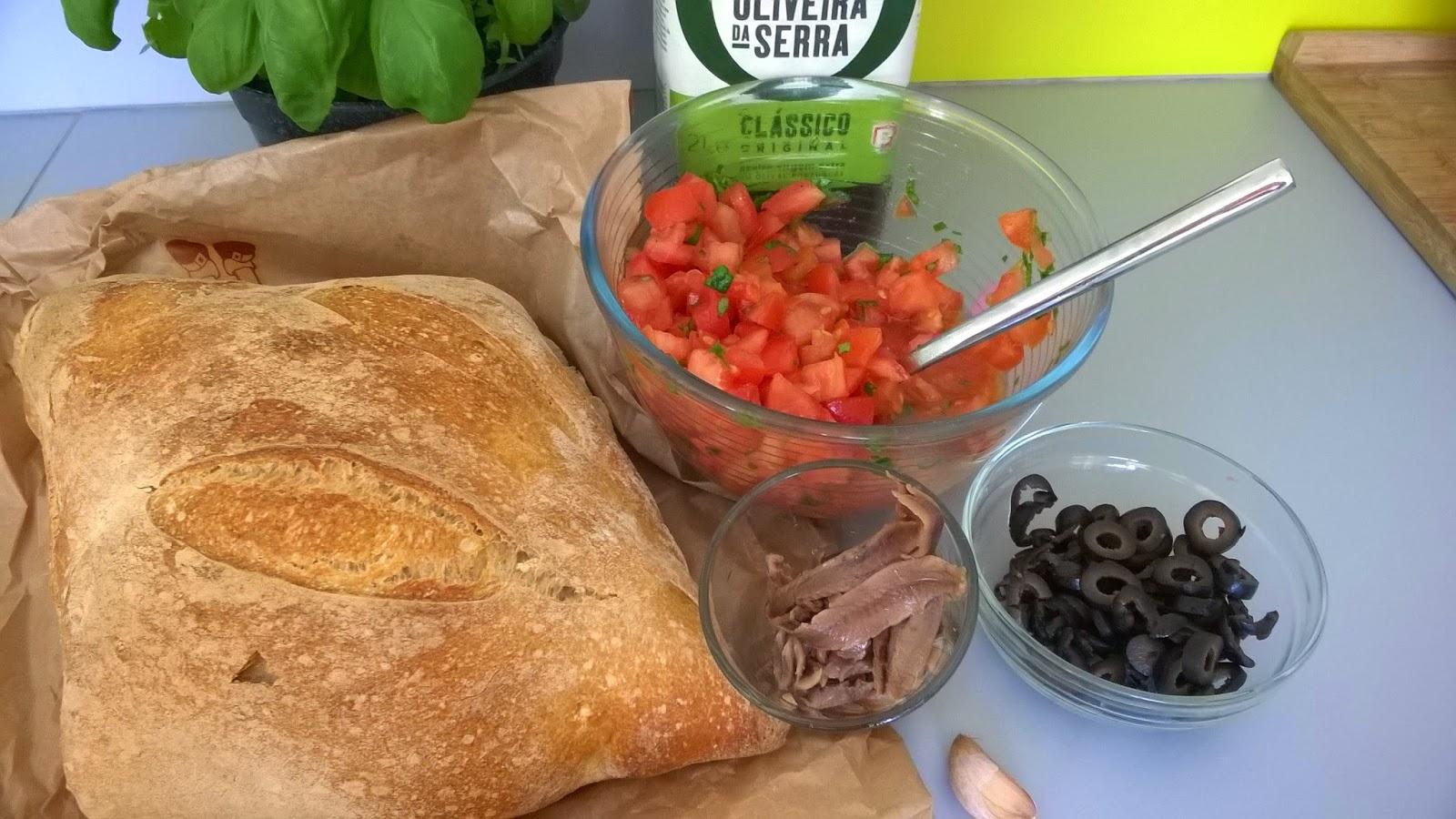 Bruschetta tomates, anchois, olives noires, mozza