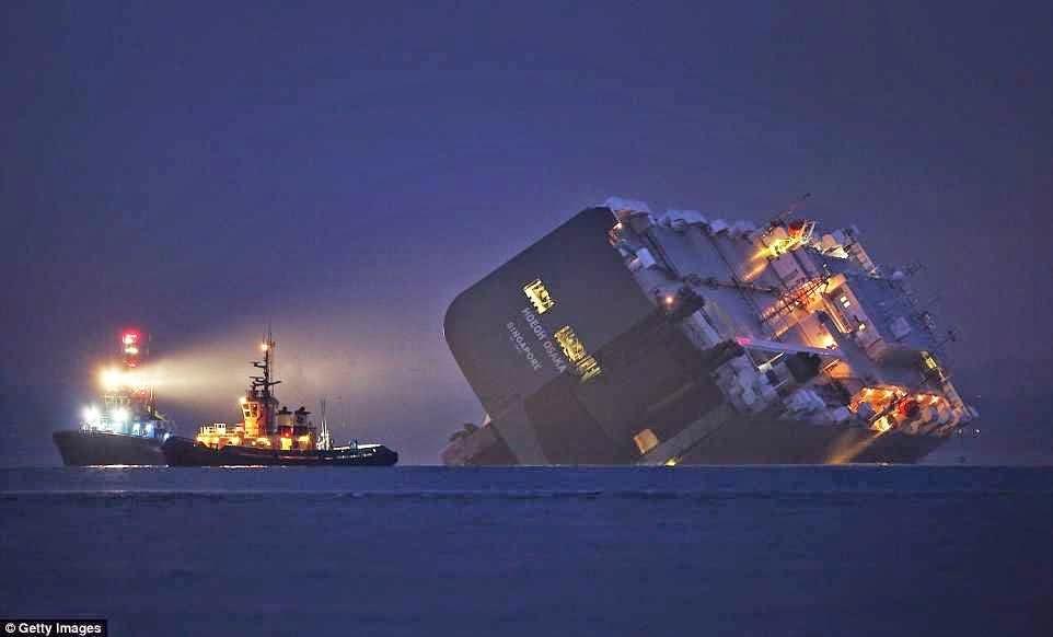سفينة شحن تحمل على متنها سيارات فارهة متجهة الى ميناء جدة تعرضة الى خسائر تقدر ب 700 مليون ريال