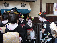 ご贔屓のお茶屋に出入りする芸舞妓たち