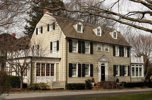 Casa assombrada de Amityville onde ocorreu trágico assassinato em massa é colocada à venda por R$ 2,9 milhões